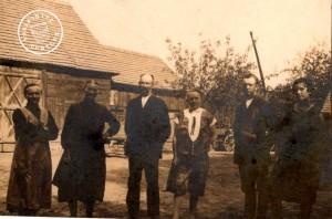 1929 - Im Hof bei Kantor Müller - in der Mitte Berthold und Martha, rechts Paul und Frieda Müller - Organist und Chorleiter