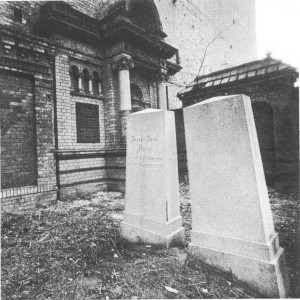 Erbbegräbnis Flatau mit Gedenkstein (rechts) - Foto: Joachim Donath (O-1071 Berlin)