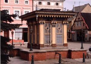 Der Brunnen mit seinem hölzernem Aufbau heute