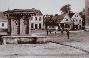 Marktplatz mit dem alten Brunnen dessen Wasser dem Bier seine Güte gegeben haben soll - Quelle: Muzeum Ziemi Grodziskiej (muzeum.webstudio4u.com)