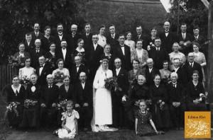 Kurz vor Ausbruch des 2. Weltkrieges heiratet Onkel Adolf Bruck Tante Agnes, geb. Fenske.Rechts außen meine Mutter sitzend, Vater hinter ihr stehend. Ich sitze vorne links im hellen Kleid