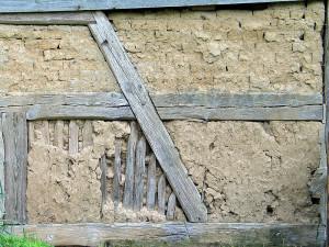 Eine aus Lehm errichtete Fachwerkwand - Bild: http://commons.wikimedia.org/wiki/File:Lehm_ausfachung.jpg