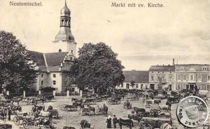 """Der ehemalige """"Alte Markt"""" mit Kirche und davor abgestellten Fuhrwerken - AK aus Sammlung des Wojtek Szkudlarski"""