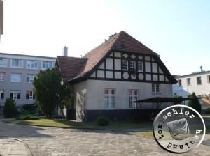 Das alte Nebengebäude mit den heutigen modernen Klinikgebäuden im Hintergrund - Bild: PM