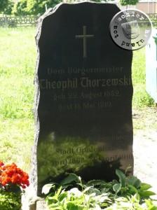 Dem Bürgermeister Theophil Thorzewski geb. 22. Aug 1852, gest. 15. Mai 1910 - Gedenkstein auf dem Friedhof von Opalenica - Eigenaufn. 2013 PM