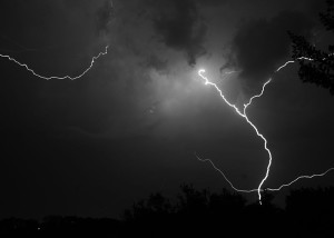 Blitze am Himmel - Bild: http://commons.wikimedia.org/wiki/File:Longhorndave_-_Lightning_%28by%29.jpg?uselang=de