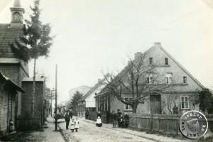 ok. 1895. Po prawej pastorówka (Długa 7), po lewej kościół staroluterański (Długa 6) ,  Ze zbiorów Dietera Maennela.
