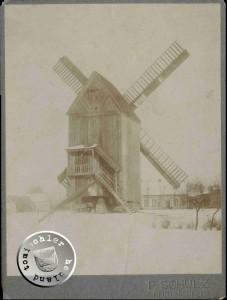 """Beschriftung auf der Rückseite: """"Die letzte Neutomischeler Bockwindmühle des Reisch. 1912 (von Westen gesehen) Aufn. Fotoatelier P. Schulz - Bild im Privatbesitz D. Maennel"""