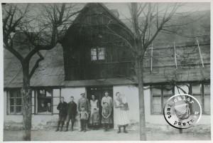 Familie R. Reisch vor ihrem Wohnhaus am Neuen Markt - ca. 1925 - Aufn. v. A. Kraft