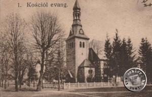 Die Kirche mit noch deutlich erkennbaren Fachwerk des Kirchenschiffes und dem davor errichteten Turm - Postkartenausschnitt aus der Sammlung des Wojtek Szkudlarski