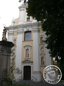 Fassade der Kirche des Klosters in Wozniki; hier findet sich die Familiengruft der Mielzynski Familie; auf dem Friedhof hinter der Kirche wurde der Sohn Karol Maciej  Mielzynski (1906-1994) als letzter Nachkomme der Familie  beigesetzt - Bild: PM