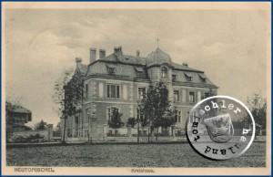 Das ehemalige Kreishaus, links im Bild die Remise - AK aus der Sammlung Wojtek Szkudlarski