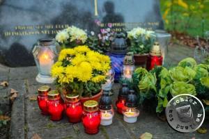 Am Gedenkstein auf dem Gelände des ehemaligen evangelischen Friedhofes - Bild S. Konieczny