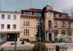 Urząd Miejski w latach 90. –  źródło: Miejska i Powiatowa Biblioteka Publiczna w Nowym Tomyślu