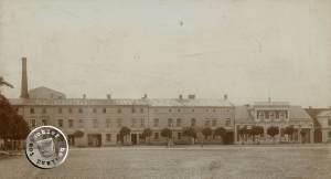 Der südliche ehemalige Neue Markt, links das Anwesen Maennel, mittig das Toeffling Hotel (hier schon nicht mehr als einstöckiger Bau), rechts das in den Ursprüngen dem Carl Lemberg gehörende Anwesen - Bild: Maennel Archiv