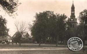 Der Kirchplatz in Boruy, links im Vordergrund die ehemalige Schule, im Hintergrund das ehemalige Pfarrhaus - Bild aus der Sammlung des Wojtek Szkudlarski