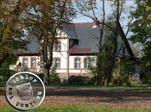 Heute findet sich im  Gebäude das kath. Pfarramt von Boruja Kościelna mit Probst Krystjan Grabijas - Foto: PM