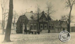 Das Haus der Familie Goldmann am ehemaligen Neuen Markt mit der mit einem eisernen Gitterzaun versehenen Einfahrt / ca. erbaut 1902 - Photo: Privatbesitz der Familie Goldmann