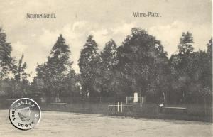 """Der """"Witteplatz"""" - Im Hintergrund das Denkmal aus Sandstein, welches der Bildhauer Kurz anlässlich des 25jährigen Dienstjubiläums des Bürgermeister Witte angefertigt hatte / Ansichtskarte aus der Sammlung des Wojtek Szkudlarski"""