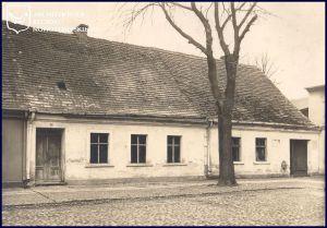 """Das Haus der """"alten"""" Hausno. 44 (rechts), es ist 1937 der neu angelegten Straße gewichen / Foto: http://mojemiasto.oledry.pl/"""