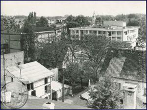 Links oben im Bild, der Speicher, welcher je zu einer Hälfte auf den ehemaligen Hausgrundstücken No. 51 und No. 50 steht / Aufn ca. 1985 - Bild: Stadtbibliothek Nowy Tomysl