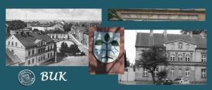 """Buk -  im linken Bild liegt im oberen Bildrand (Westen) das Zentrum der Stadt; die Posenener Straße /  Poznanska verband den Marktplatz mit  dem in der Zeitungsmeldung als Neumarkte /  Pl. Reszki bezeichneten Platz auf dem """"in der Gegend"""" des Spitalgrundstückes die Ausschachtarbeiten vorgenommen worden waren; das Bild wurde vermutlich vom Turm der seinerzeit auf dem Platz stehenden evgl. Kirche aufgenommen; die rechte Aufnahme zeigt das noch heute existierende  ehemalige Spitalgebäude, welches zu Wohnzwecken genutzt wird (3)"""