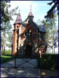 Die seitens der Fam. Pflug im Jahr 1901 eingeweihte ehem. evangelische Kapelle - Bild: http://cmentarze.oledry.pl/galeria.php?katalog=1202