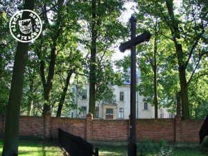 Blick auf das ehemalige Schloss, heute ist in diesem ein Versuchsbetrieb der Naturwissenschaftlichen Universität Poznan untergebracht - Bild: http://cmentarze.oledry.pl/galeria.php?katalog=1202