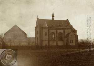 Piłsudskiego 33. Kaplica katolicka z 1896, późniejszy kościół pw. NMPNP Zdjęcie wykonano ok. 1904. Ze zbiorów Miejskiej i Powiatowej Biblioteki Publicznej.