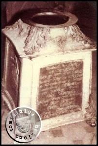 Der anlässlich des Todes des Carl Maennel im Jahr 1824 von seiner Familie gestiftete Taufstein - er ist noch heute als Weihwasserbecken in der Kirche am Chopin Platz zu finden - Bild: Maennel Archiv