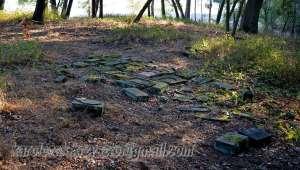 Blick auf die noch erhaltenen Grabsteine; links im Hintergrund das Gedenkkreuz, welches Familie Krok in diesem Jahr zur Erinnerung an Ihre Vorfahren aufgestellt hat