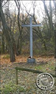 Das Gedenkkreuz auf dem Areal des ehemaligen evgl. Friedhofes Sekowo/Friedenwalde stellvertretend für Alle - Aufn. PM