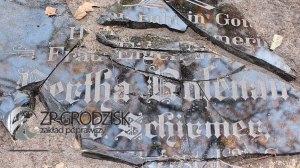"""Scherben der Grabplatte der Bertha Rosenau geb. Schirmer / Aufn. Aufn. Konrad Maciejaszek - """"Zakład Poprawczy w Grodzisku Wlkp."""""""