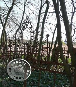 Blick vom ehem. evgl. Friedhof Rakwitz Richtung Kirche (rechts im Hintergrund), nicht bekannt ist, wo Tote, welche nicht, nach damaliger Auffassung, auf dem eigentlichen Friedhof beerdigt werden durften, begraben wurden / Bild: PM