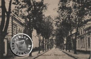 Die frühere Bahnhofstrasse, rechts erkennbar die Buchstaben HO ..., dieses Gebäude war der Hopfenspeicher der Familie Landmann - Ansichtskarte Sammlung Wojtek Szkudlarski