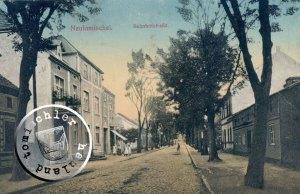 Die frühere Bahnhofstrasse, auf der rechten Strassenseite (im Vordergrund) lag das Grundstück der Familie Landmann - Ansichtskarte Sammlung Wojtek Szkudlarski