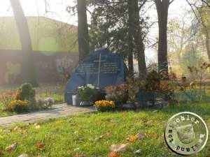 Der Gedenkstein erinnert an den ehemaligen evgl. Friedhof, im Hintergrund das Gebäude des Supermarktes - Bild PM