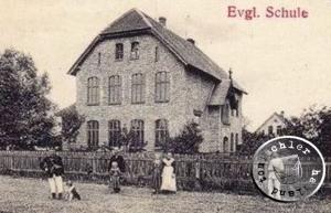 Die in den Jahren 1896/97 neu erbaute Schule von Kaponke (Postkartenausschnitt), das Gebäude wird noch heute als Schule genutzt