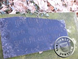 Bruchstück der Grabplatte geb. Grieger auf dem Friedhof Boruy / Aufnahme Przemek Mierzejewski