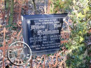 Die Erinnerungstafel an Wilhelm und Paul Hoffmann (lt. StA-Eintrag starb Paul am 29. Mai 1903) / Photo: Przemek Mierzejewski