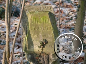 Der stark beschädigte Grabstein des Wilhelm Häusler / Photo: Przemek Mierzejewski