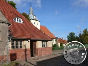 """""""... paßt sich mit seinem hohen Dach und seiner einfachen Linienführung der benachbarten Kirche und dem ganzen Dorfbilde überaus glücklich an"""" / Aufn. PM"""