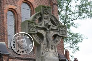 Denkmal der Kriegsgefallenen auf dem Kirchengelände / Bild EA