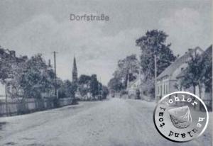 Die Dorfstrasse, im Hintergrund das Kirchengebäude / Postkartenausschnitt
