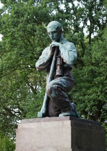 Ein Kumpel, Teil des Denkmals, das in Erinnerung an das schwere Grubenunglück in der Zeche Radbod in Bockum-Hövel errichtet wurde. / Bild: https://commons.wikimedia.org/wiki/Category:Gedenkst%C3%A4tte_Zeche_Radbod?uselang=de