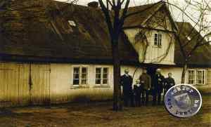 Die Familie des Schornsteinfegers Jeenicke vor ihrem Haus, vermutlich aufgenommen kurz vor dem Brand / Bild: A. Kraft