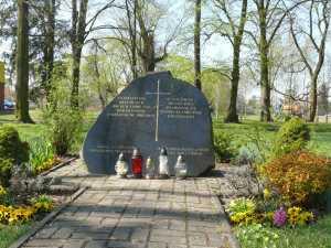 Aufnahme des Gedenksteines, links im Bild erkennbar ein Teil der heutigen Bebauung / Aufn. PM