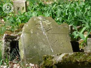 """""""Zu Früh ...""""  sind viele der Kinder der Familie verstorben - Inschrift auf einem Grabstein welcher auf dem Gelände des ehem. Friedhofes liegt / Aufn. PM"""