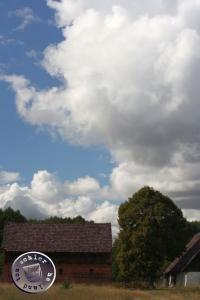 Wolken ziehen über einem alten Hauländer Hof / Bild GT